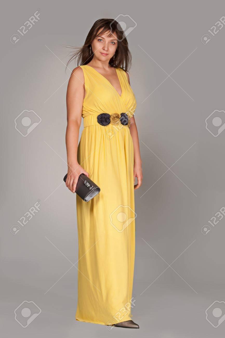 Complètement et à l'extrême Belle Femme à La Mode En Robe Jaune Longue. Studio Abattu. Banque #MT_57