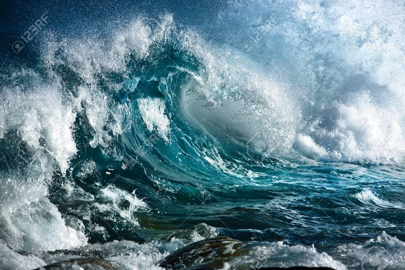 OBRA DE TEATRO EN UN ACTO 68698979-turbulento-oc%C3%A9ano-las-olas-del-mar-tormenta-o-el-surf-