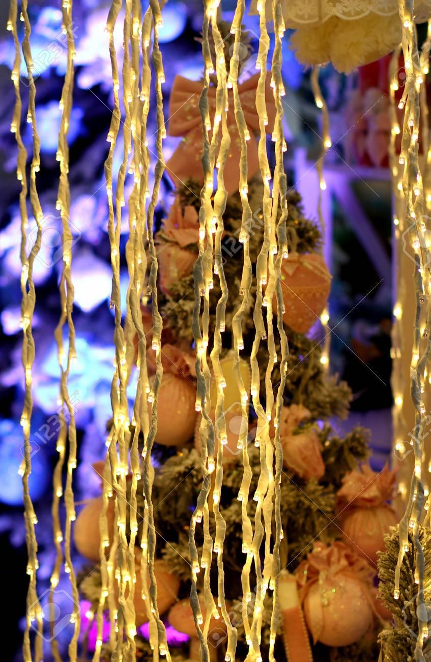b87c56007d5 Foto de archivo - Luces LED guirnalda en la cortina delante del árbol de Navidad  bombillas de colores bokeh Navidad y feliz año nuevo fondo de la decoración