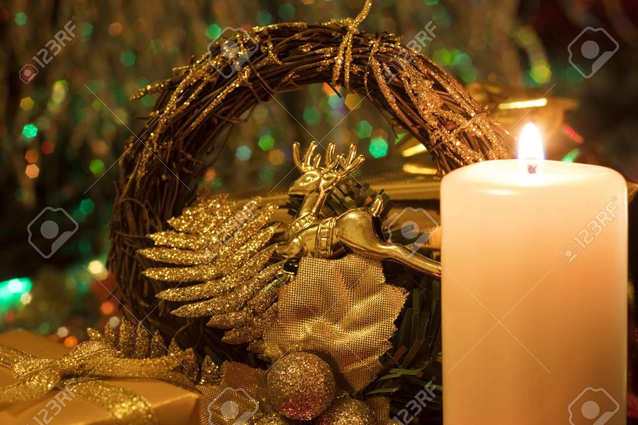 Weihnachten Und Neujahr `s Abend Brennende Kerze Und Geschenk ...