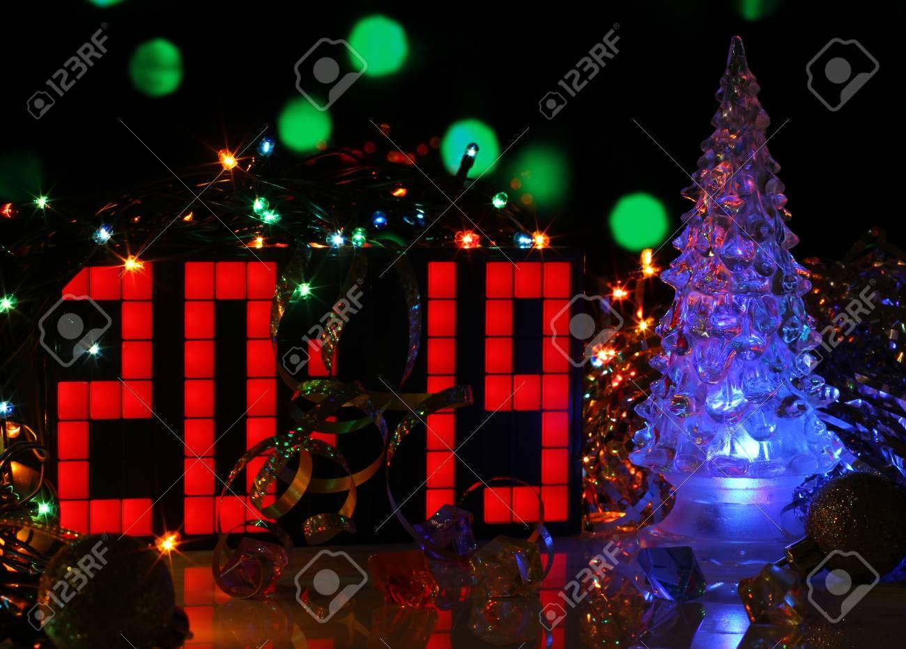 Imagenes Felicitacion Navidad 2019.Feliz Ano Nuevo 2019 Colorida Tarjeta De Felicitacion Con Vidrio Navidad Bokeh Luces De Fondo Cartel De Fiesta Banner O Invitacion Superficie Del
