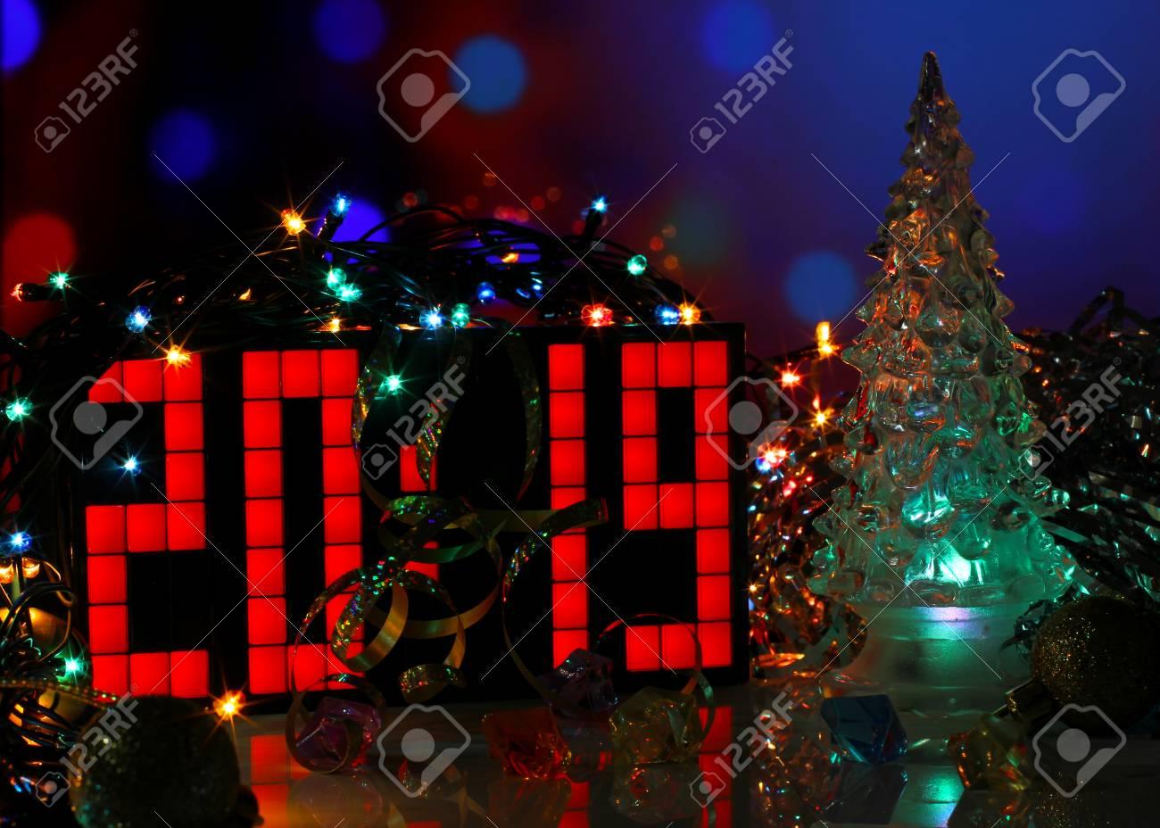 Imagenes Felicitacion Navidad 2019.Feliz Ano Nuevo 2019 Colorida Tarjeta De Felicitacion Con Vidrio Arbol De Navidad En El Fondo Azul Oscuro Bokeh Cartel De Fiesta Banner O