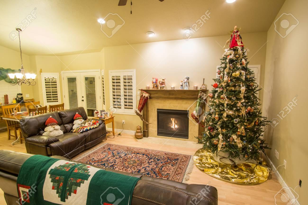 Hermoso rbol De Navidad Decorado Y Chimenea Una Noche Con Luces