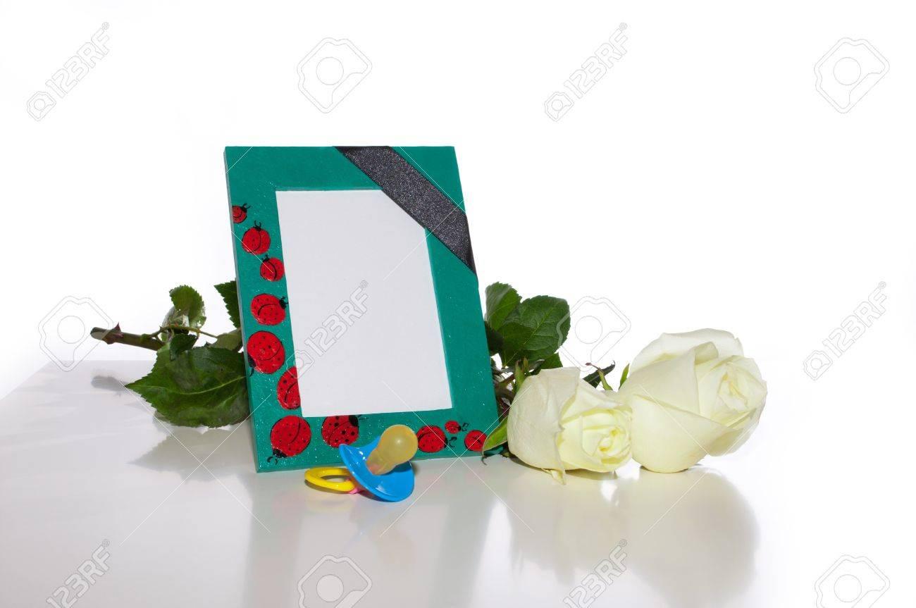 El Vivero De Un Marco De Fotos Con Una Cinta De Luto Negro, Rosas ...