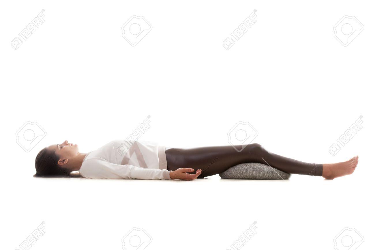 Yoga Mädchen Auf Weißem Hintergrund In Shavasana Liegen Savasana ...