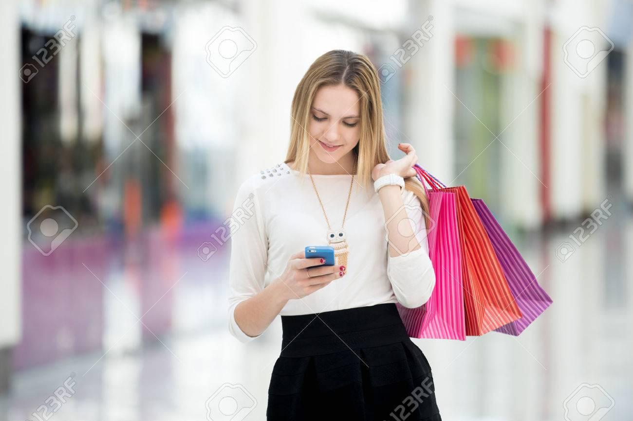 Фото девушки в торговом центре