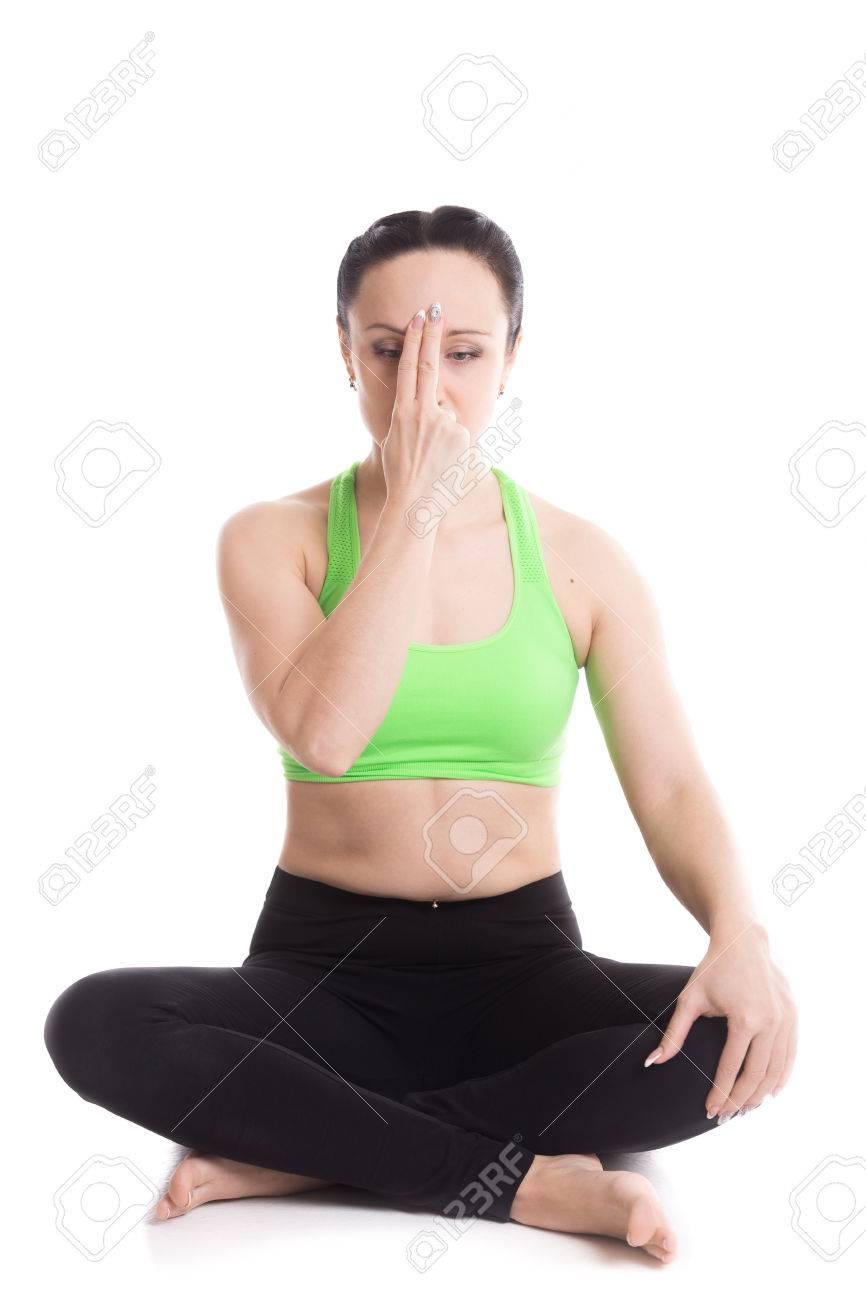 Serene Belle Fille A Pratiquer Le Yoga Shodhana Nadi Pranayama Respiration Alternee Assis Dans Easy Pose Sukhasana La Meditation Les Mains Dans Bouddha Souriant Mudra Banque D Images Et Photos Libres De Droits