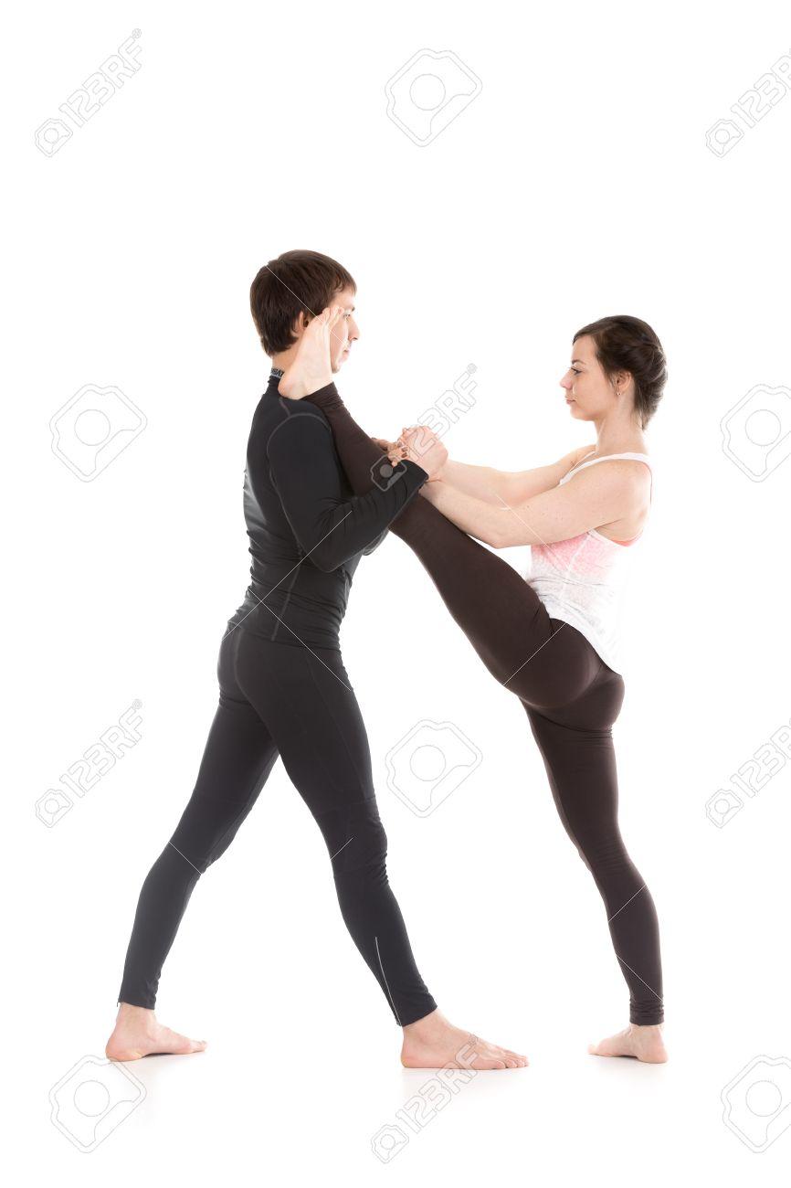 Deux Personnes Sportifs Pratiquent Le Yoga Dans La Paire Fille Faisant Etirement Main Tendue A Big Toe Pose De Utthita Hasta Padangushthasana