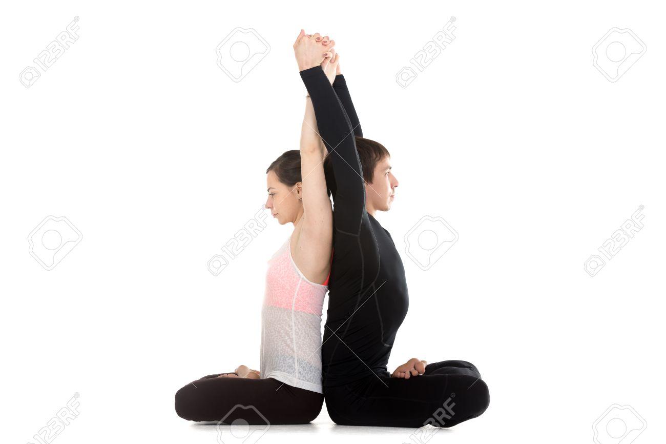 Deux Personnes Pratiquant Le Yoga Sportif Avec Son Partenaire Assis Les Jambes Croisees En Position De Lotus A Faire Des Exercices Detirement Pour La