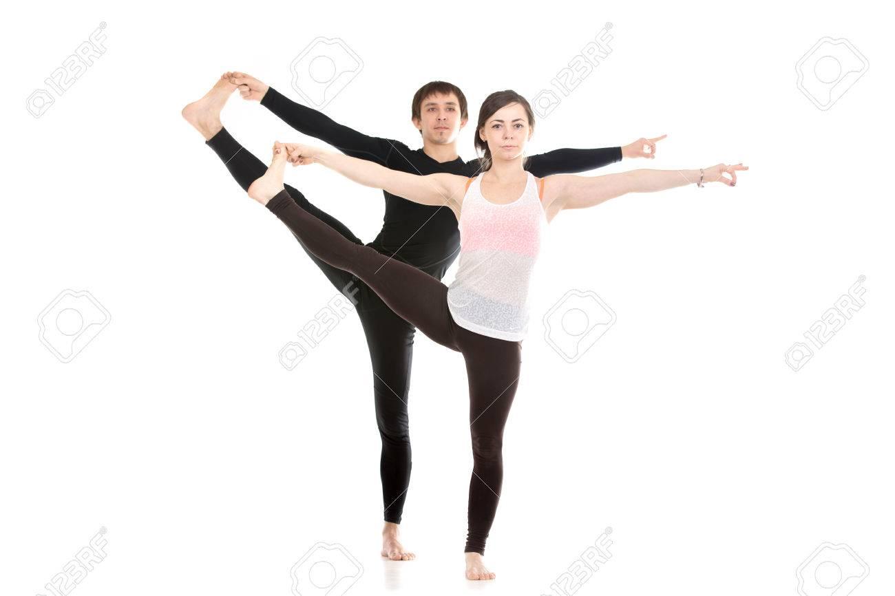 Deux Personnes Sportifs Pratiquent Le Yoga Avec Un Partenaire En
