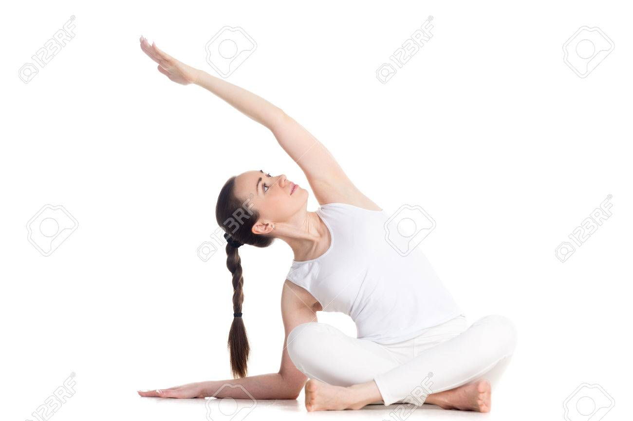 Foto de archivo - Mujer deportiva hermosa joven en ropa deportiva blanca de  practicar yoga 7a607b31c69a
