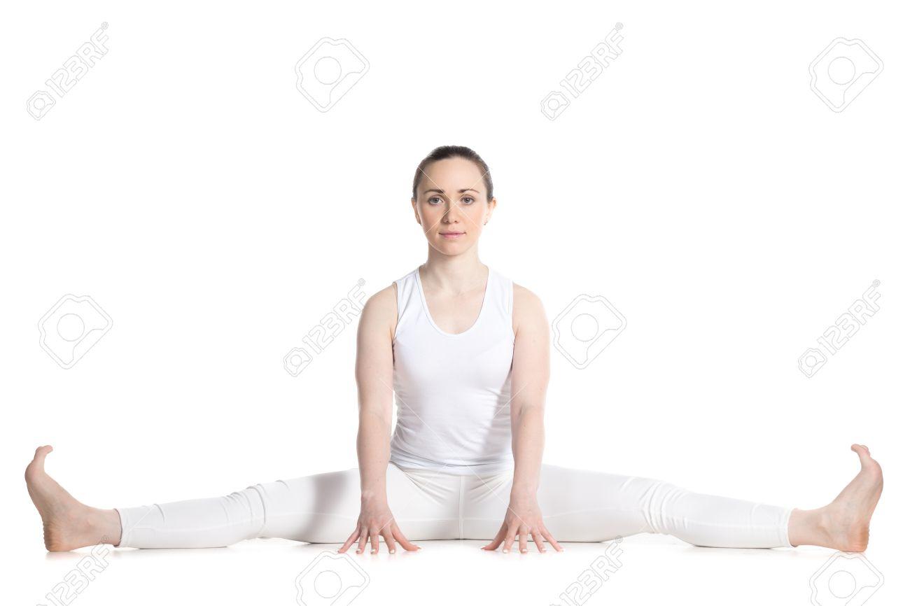 disponible elige mejor 2019 original Mujer deportiva hermosa joven en ropa deportiva blanca, sentado en una  corta variación de gran angular sentados adelante plegado pose, Upavishtha  ...