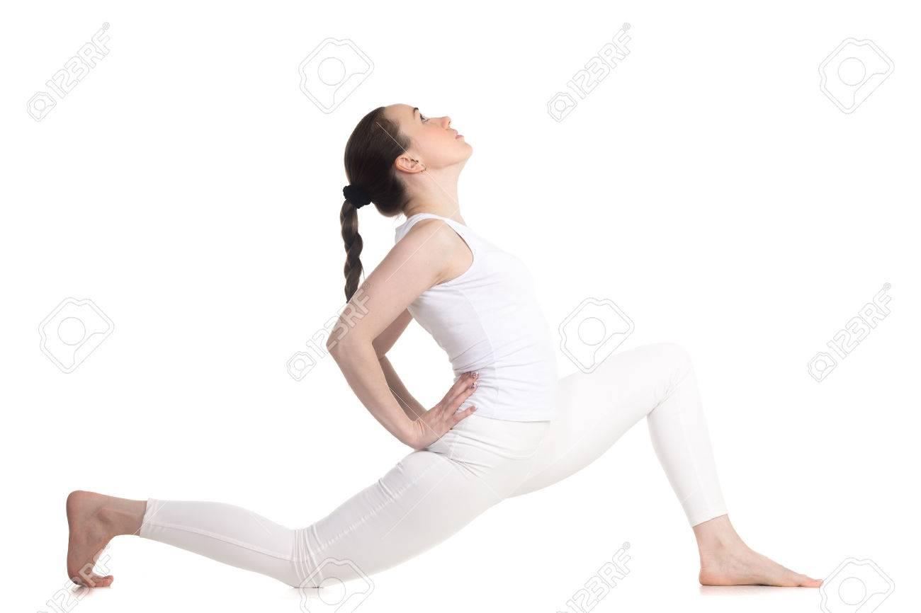Zapatillas 2018 mejor online imágenes detalladas Mujer deportiva hermosa joven en ropa deportiva blanca haciendo ejercicio  de bajo estocada, variación de Anjaneyasana, sanchalasana Ashva, vista de  ...