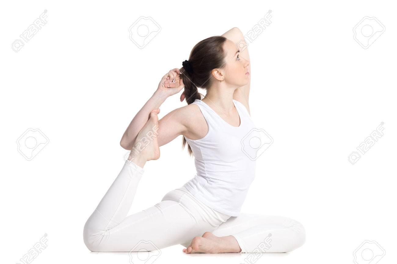 amplia selección de diseños venta más caliente venta online Mujer deportiva hermosa joven en ropa deportiva blanca, sentado en la  variación de One Legged Rey Pigeon Pose - Eka Pada Rajakapotasana, opinión  del ...