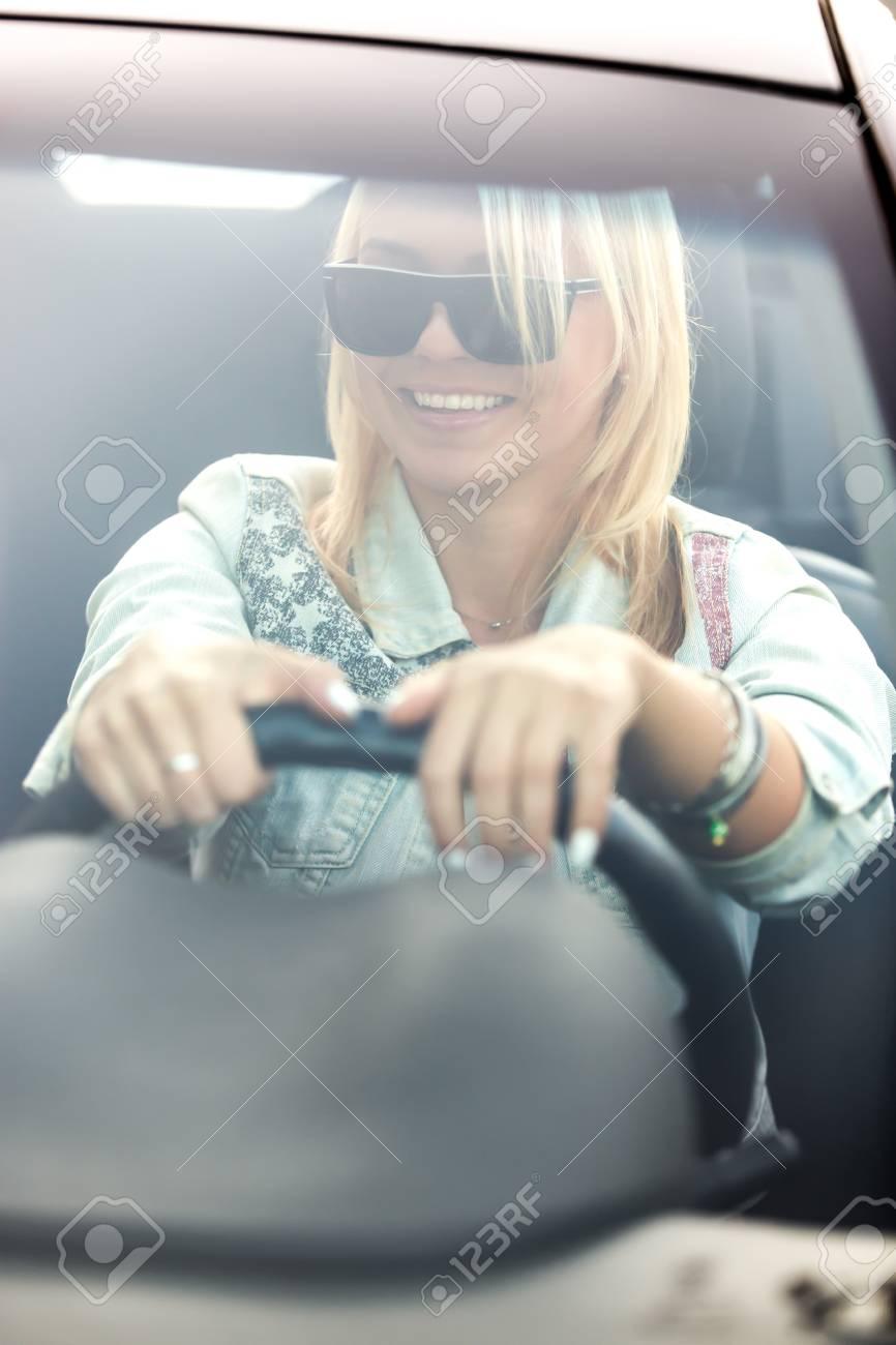 Schone Gluckliche Lachelnde Blonde Junge Frau In Der Sonnenbrille