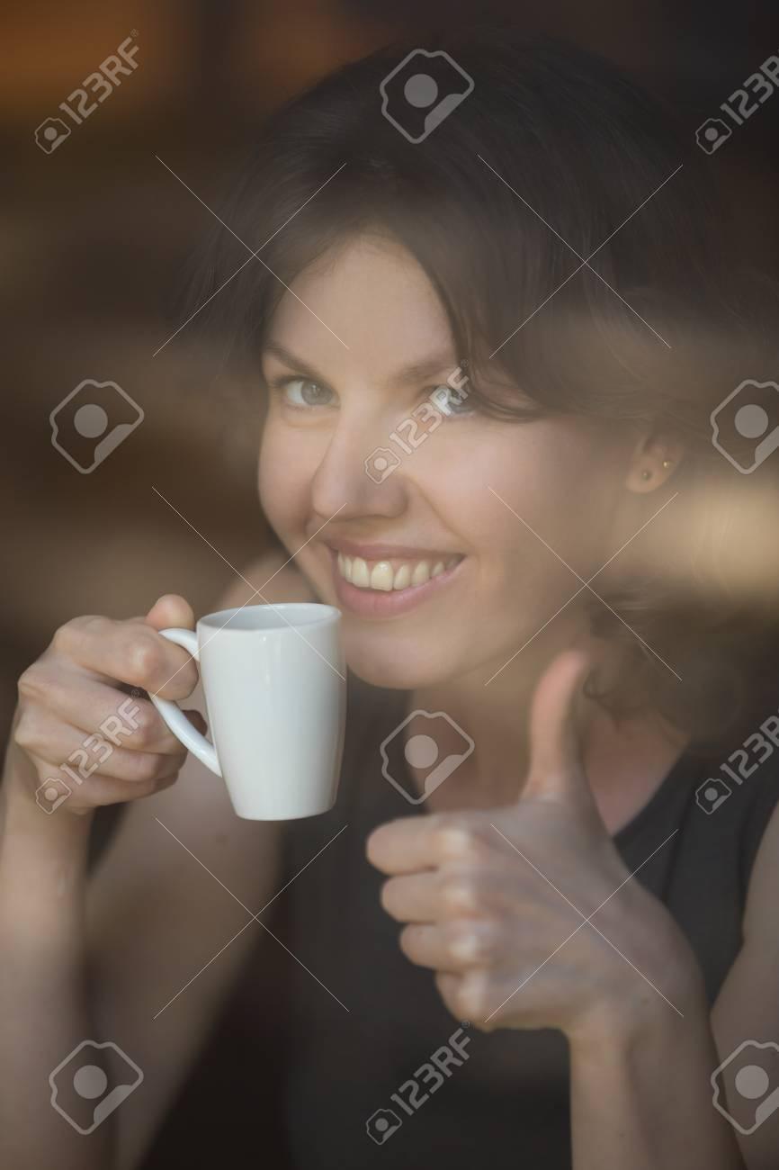 Portrait De Femme Séduisante Heureuse Tenant La Tasse De Café Au