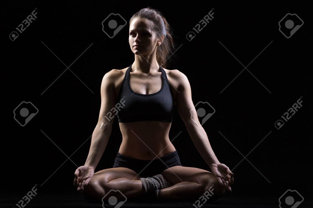 Belle Jeune Femme Sereine Et Jolie En Tenue De Sport Pratiquant Le Yoga b9ad54fd025