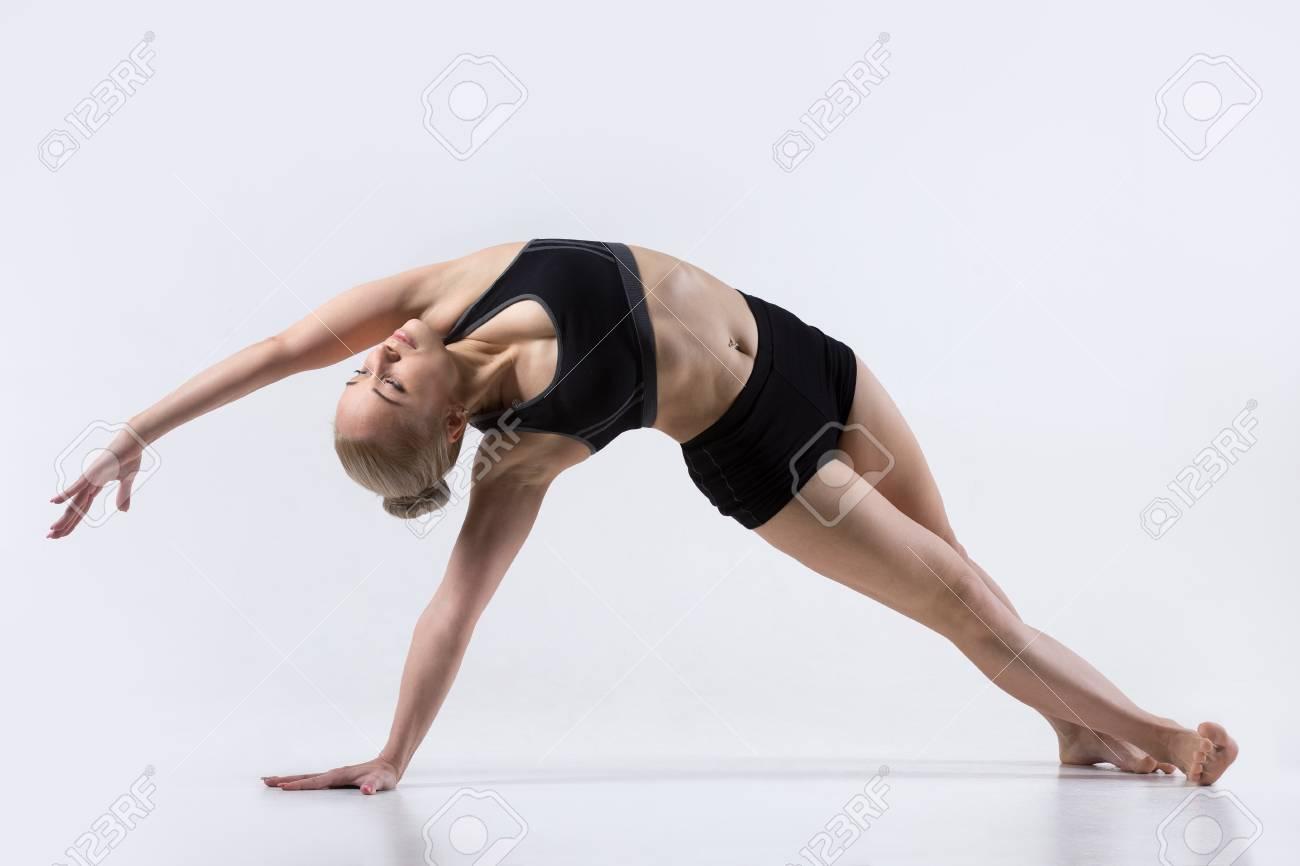 Sporty Belle Jeune Femme Pratiquant Le Yoga abc166a2a0f