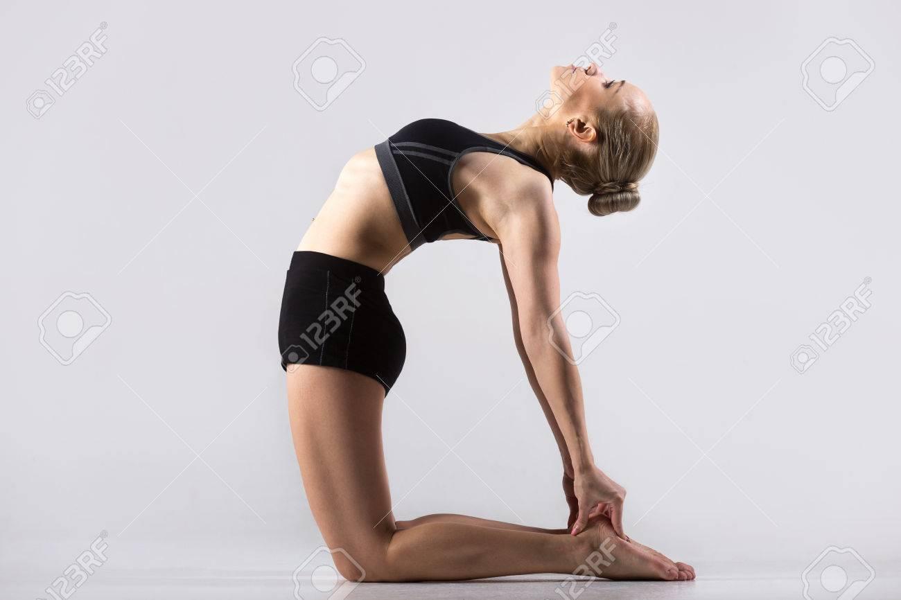 Banque d images - Sporty belle jeune femme pratiquant le yoga 49b7bd9f41b