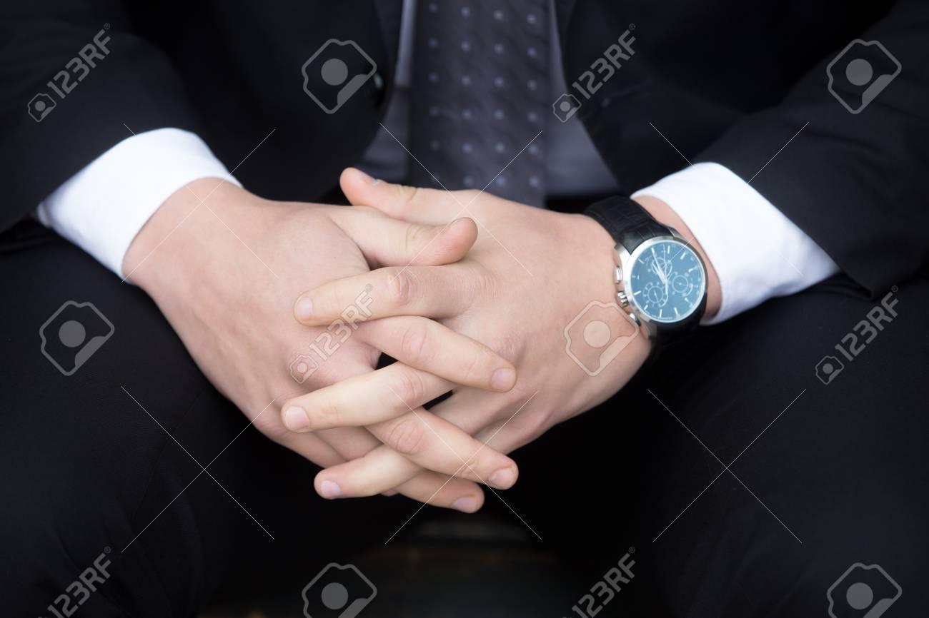 Foto de archivo - Primer plano de las manos del hombre de negocios joven  confía en traje negro formal y reloj. Exitoso 8840fab3cf02