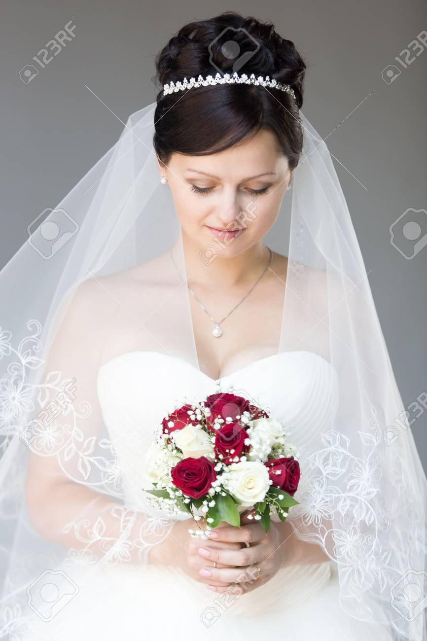 Portrait Der Jungen Schonen Braut Posiert Mit Ihren Augen Nach Unten