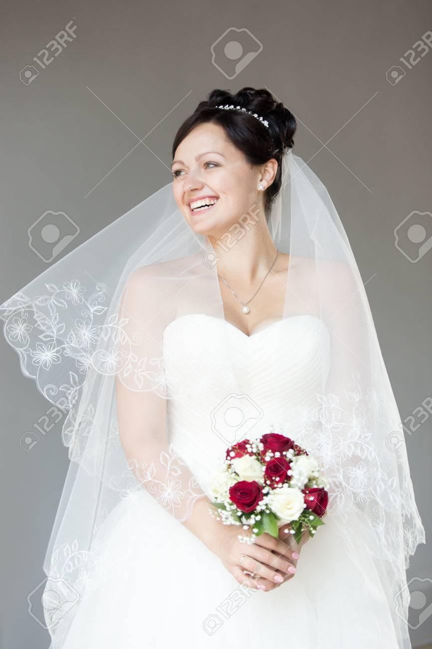 Junge Glucklich Schone Braut Mit Brautstrauss Mit Weissen Und Roten