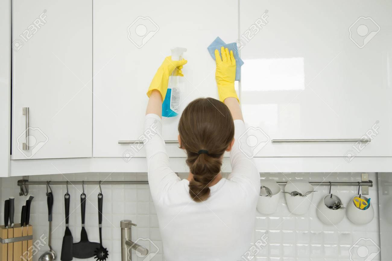 Vue Arriere A Une Jeune Femme Seduisante Nettoyage D Une Surface