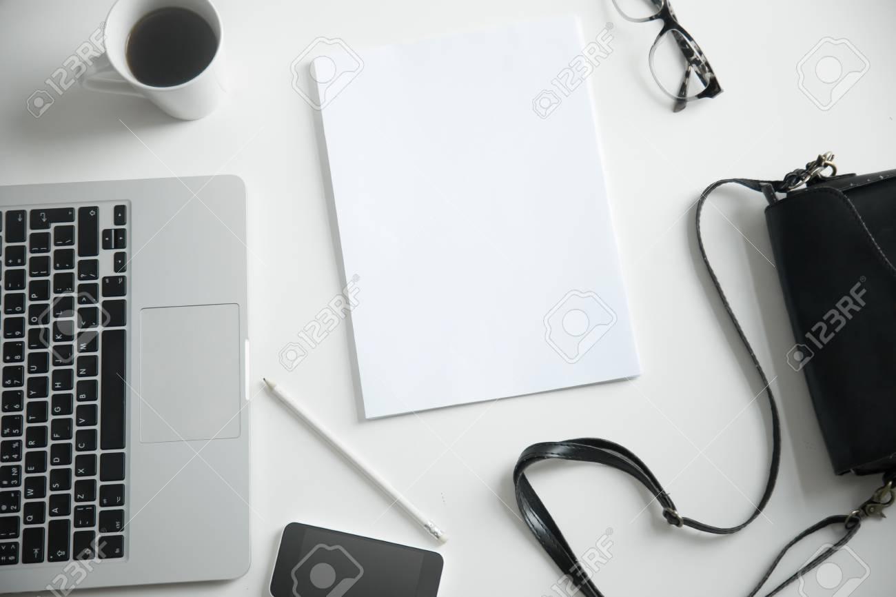 Gros plan d un bureau avec ordinateur portable sac à main et