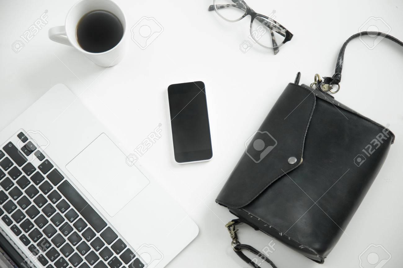 Accessori Per Scrivania Ufficio : Accessori per ufficio distesi. bianco scrivania con tastiera del