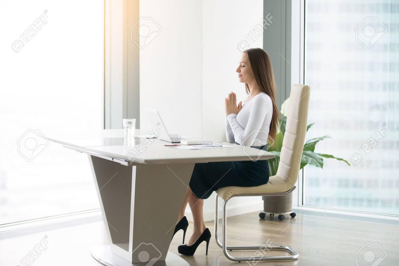Jeune femme méditant au bureau moderne trouvant un emploi du