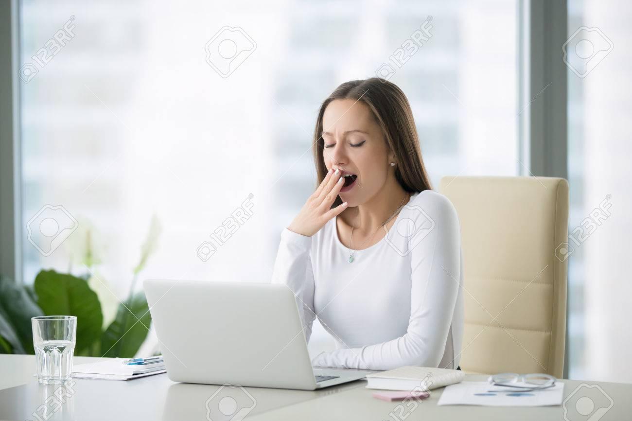 Jeune femme d affaires b illements à un bureau de bureau moderne