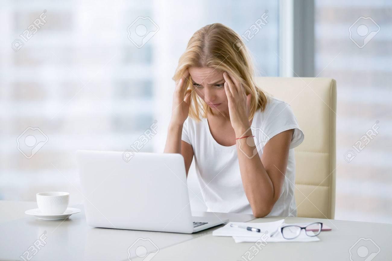 Jeune femme séduisante au bureau de bureau moderne travaillant