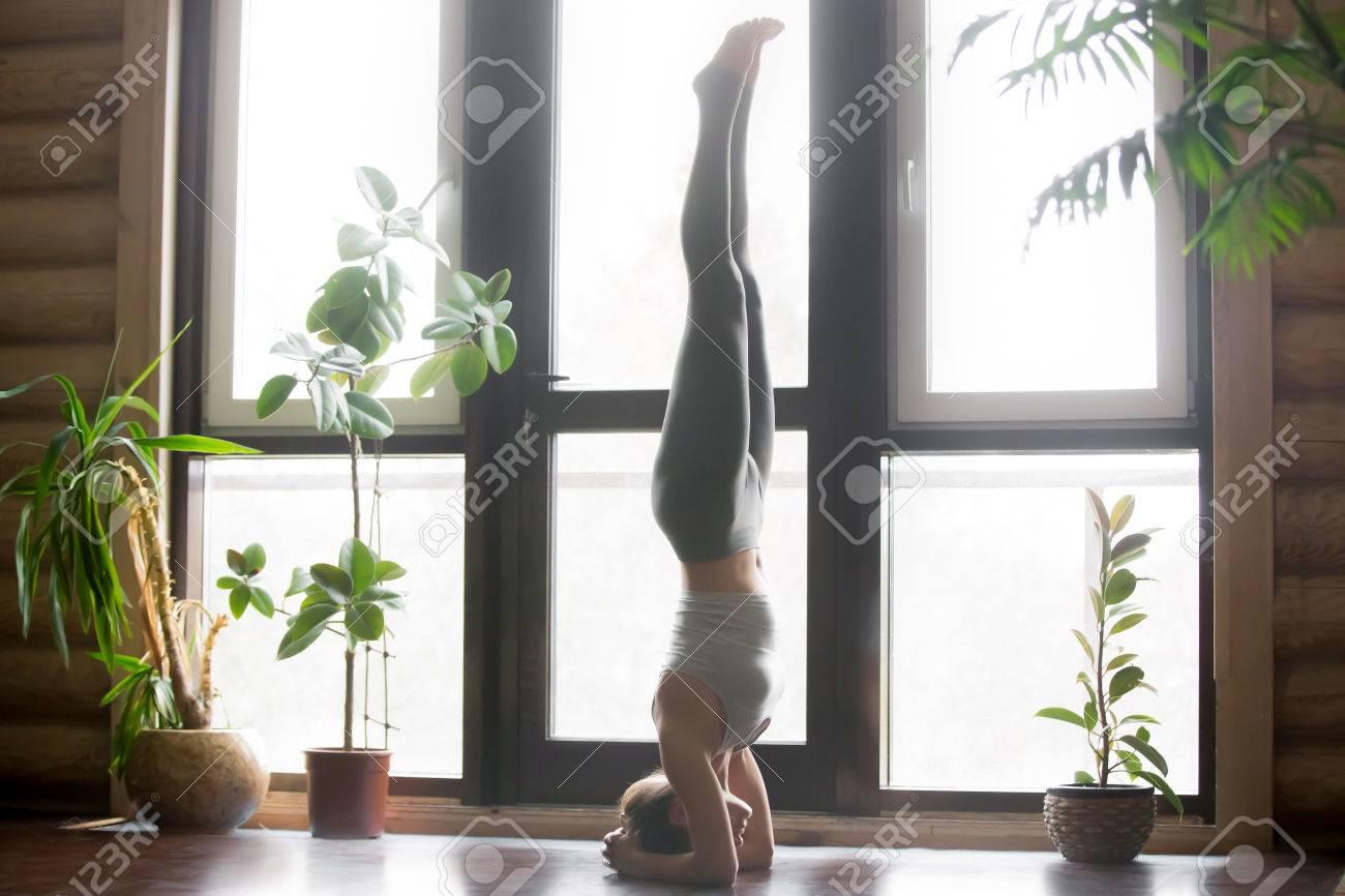 Junge Frau Praktizieren Yoga In Der Nahe Von Pflanzen Boden Fenster