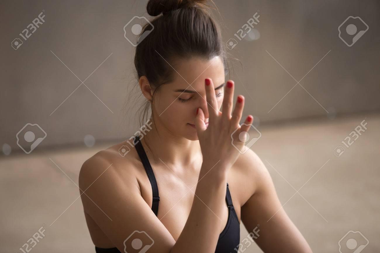 Jeune Femme Seduisante Yogi Pratiquant Le Yoga En Utilisant La Respiration Alternee Nostril Faire Nadi Shodhana Pranayama Exercice Therapeutique Travailler Sur Fond De Studio Gris Style Urbain Cool Closeup Banque D Images Et