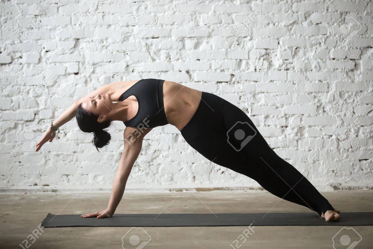 Jovenes Yogui Mujer Atractiva Practicar Concepto De Yoga De Pie En El Ejercicio Vasisthasana Doblando Lado Tablon Plantean Trabajando Vistiendo Ropa Deportiva Top Negro Pantalones De Cuerpo Entero Blanco Loft De Fondo