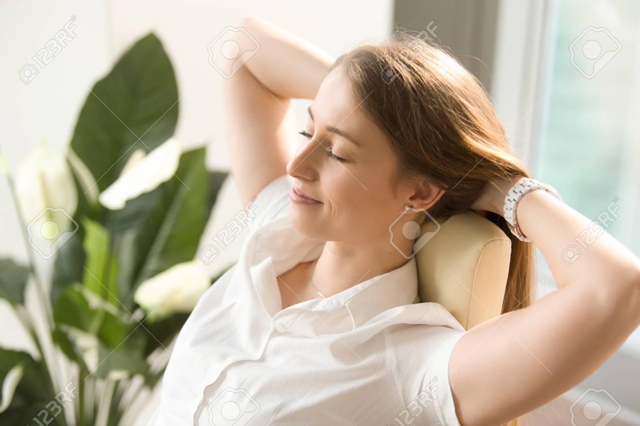 Hermosa Mujer Soñando Con Los Ojos Cerrados En Silla De Oficina. La  Empresaria Se Siente Relajada Después De Día De Trabajo Ocupado. 9710825d4061
