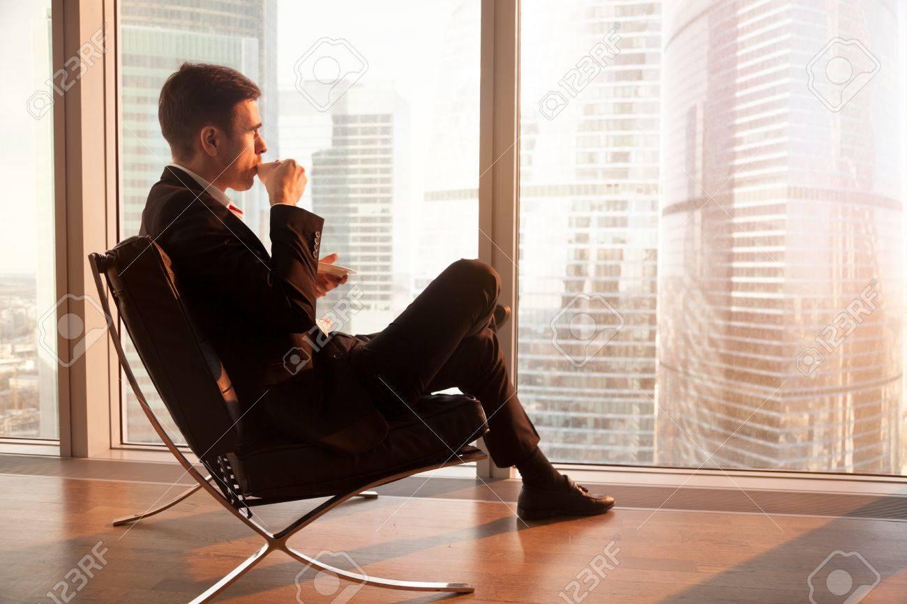 Sedie Ufficio Comode : Vista laterale di uomo d affari bello seduto in comode sedia da