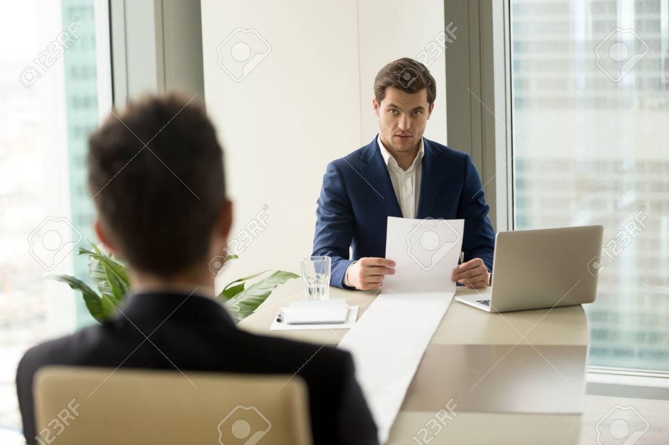 Empleador Sorprendido Sosteniendo Una Hoja Larga De Papel ...