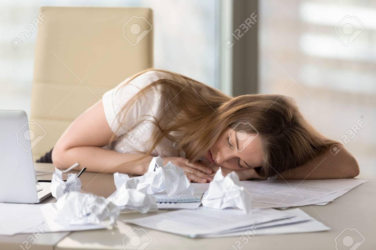 Fatigué femme dormir bureau épuisé par surmenage somnolent