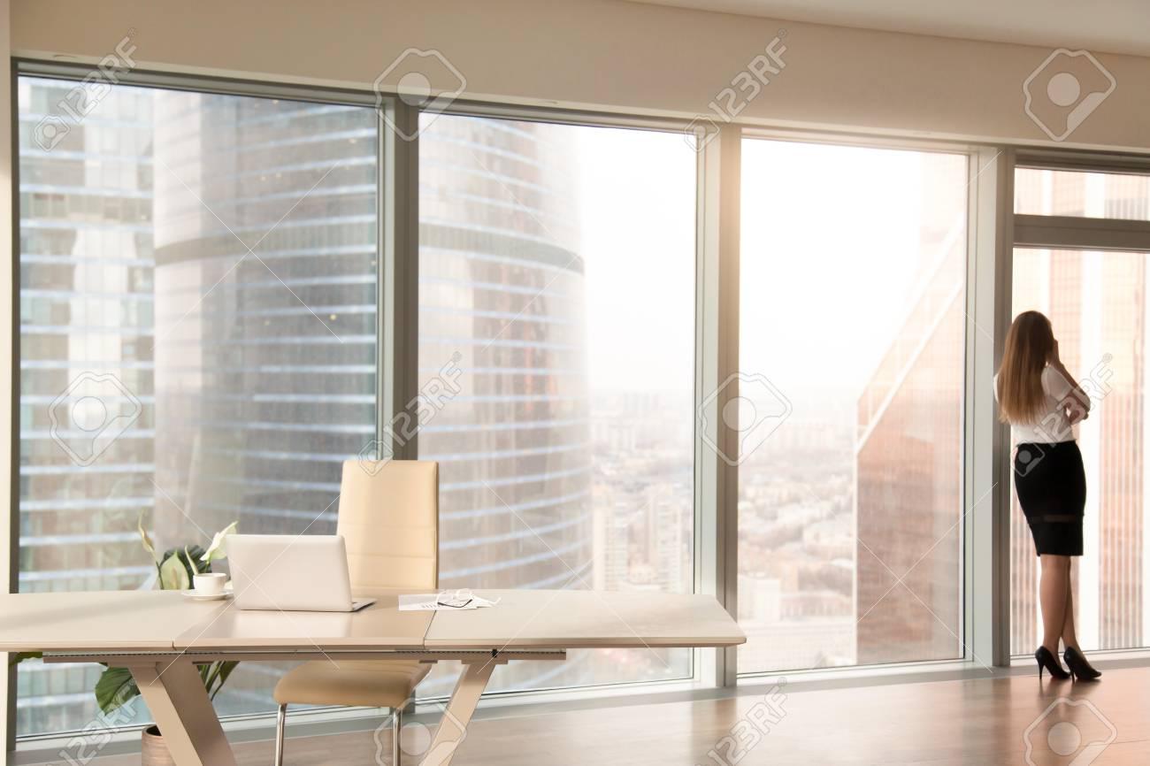 Intérieur de bureau moderne avec bureau et silhouette féminine