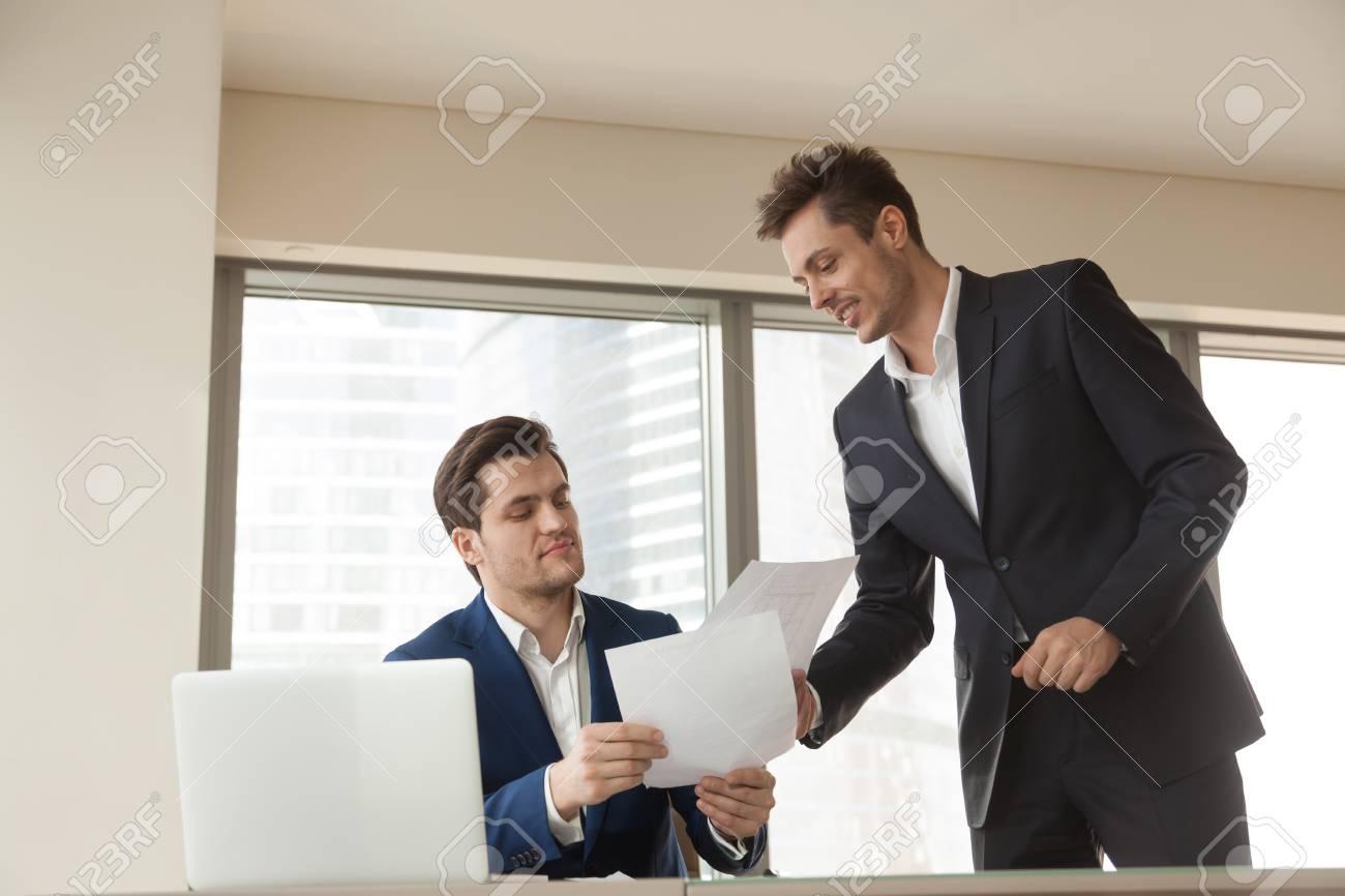 Capo Ufficio Disegno : Dipendente della società che consegna documenti aziendali al capo