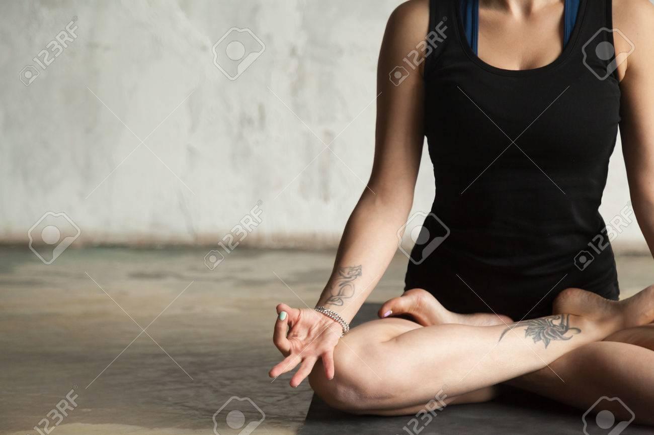 Jeune Femme A Tatouage Pratiquer Yoga Seance Dans Padmasana