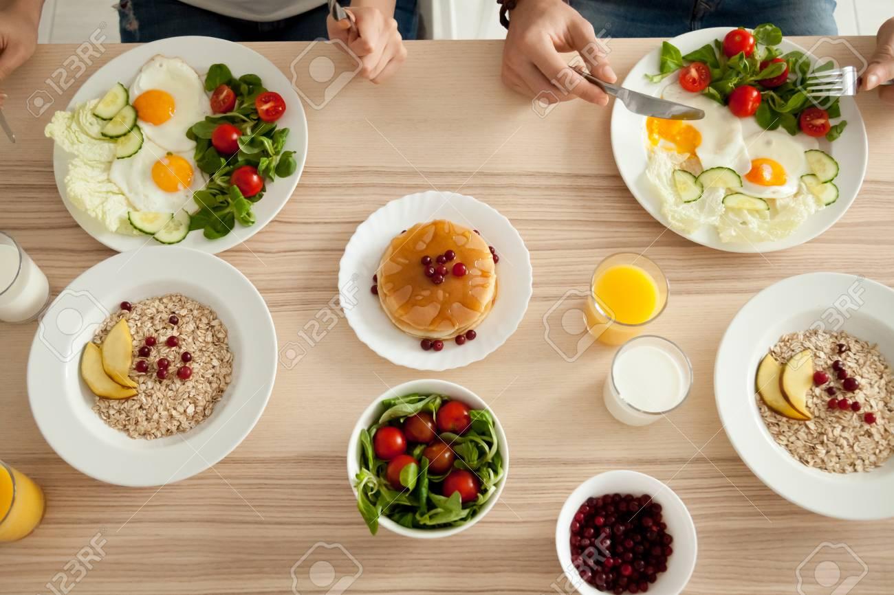 Table A Manger Avec Nourriture Couple Degustant Un Delicieux Repas Fait Maison Ensemble Homme Et Femme Ont Des Crepes Des Ufs Avec Salade Et Du Gruau Au Petit Dejeuner Bio Vegetarien Mode De