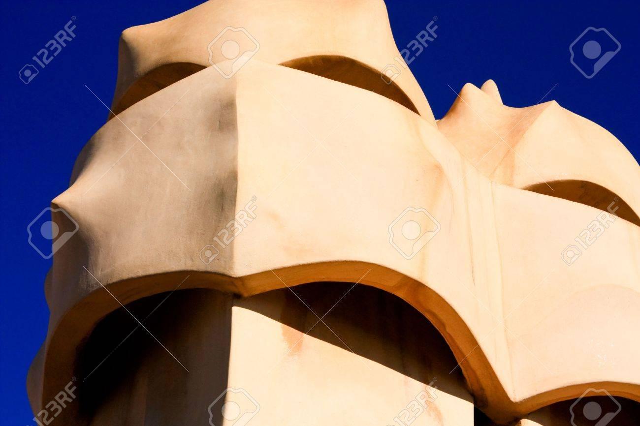 Barcelona Gaudi En La Terraza De La Casa De Mila También Llamado La Pedrera Es Una Forma De Cruz Chimeneas Y Soldados De Formas Antropomórficas