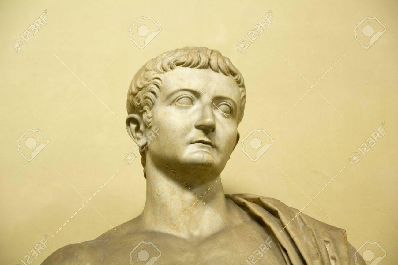 ティベリウスの像。II 世紀広告...