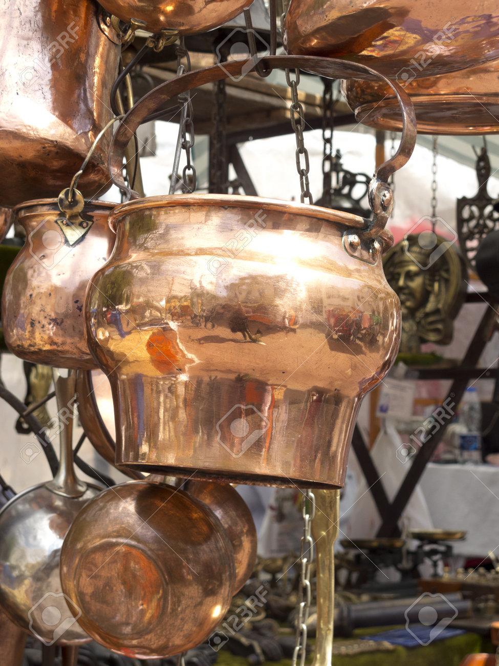 Verkauf Antikes Kupfer Küchenutensilien. San Telmo Markt In Buenos ...