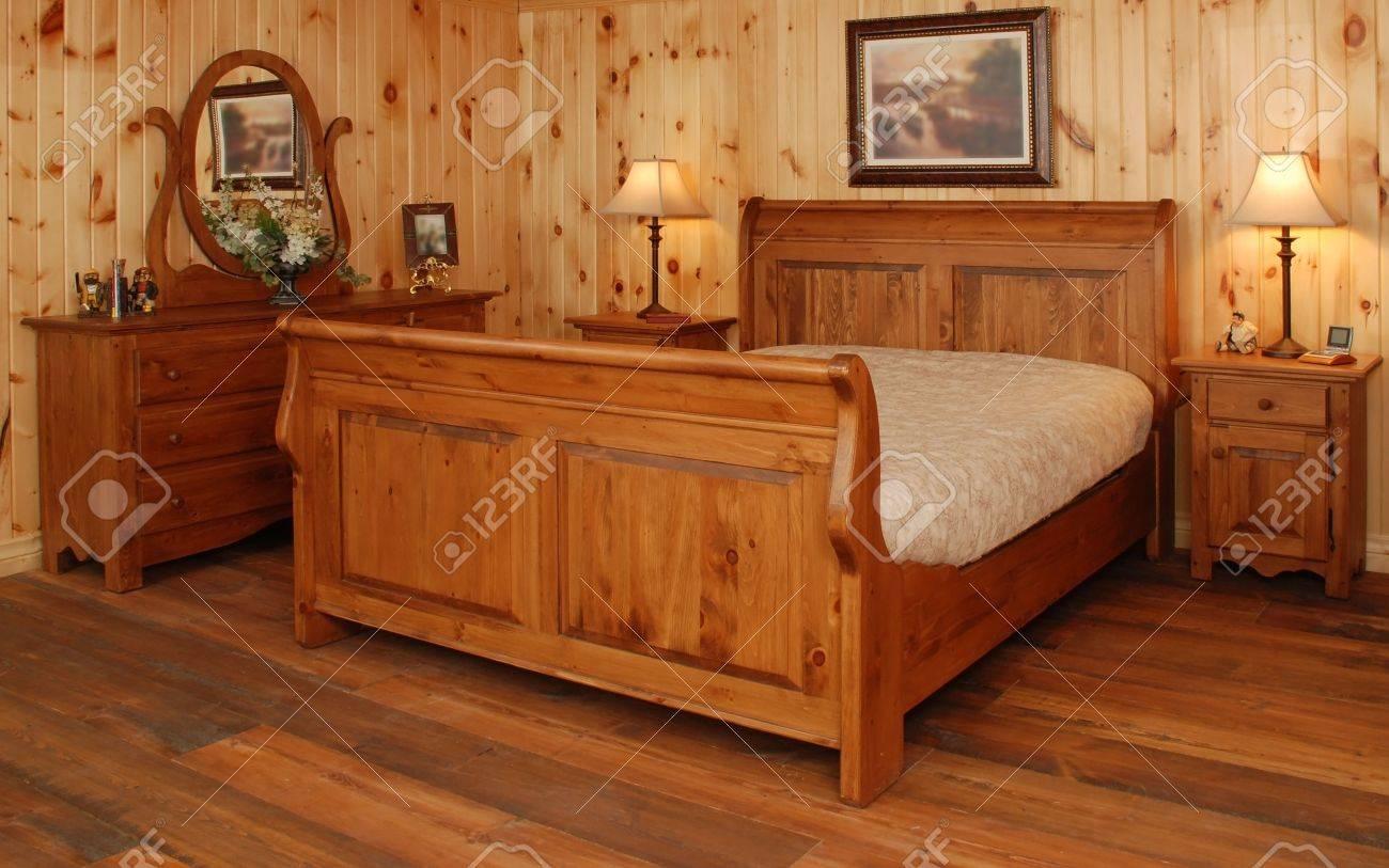 Vintage rustieke slaapkamer in natuurlijke dennenhout royalty ...