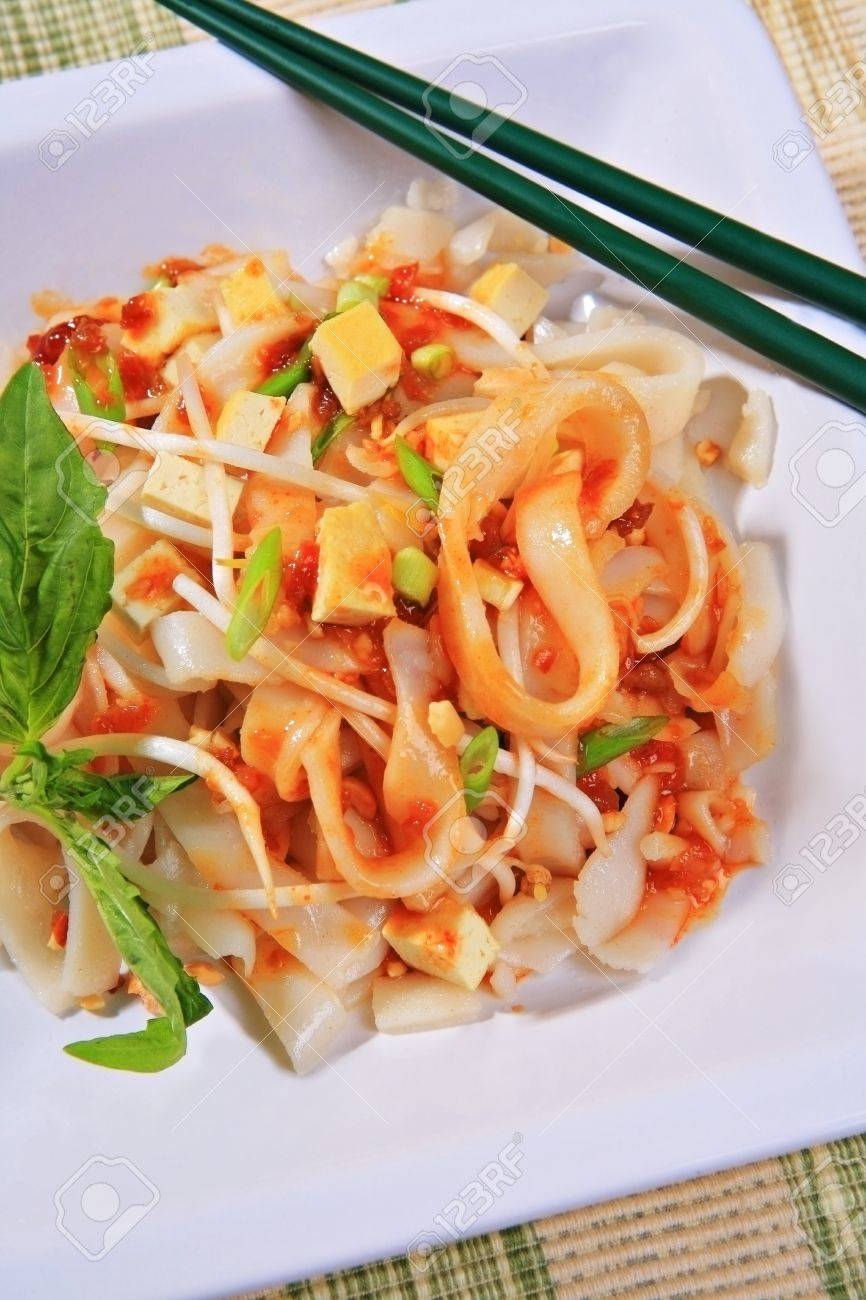 tofu pad thai vegetarian dish with peanuts, green onion; basil, bean sprouts Stock Photo - 3958875