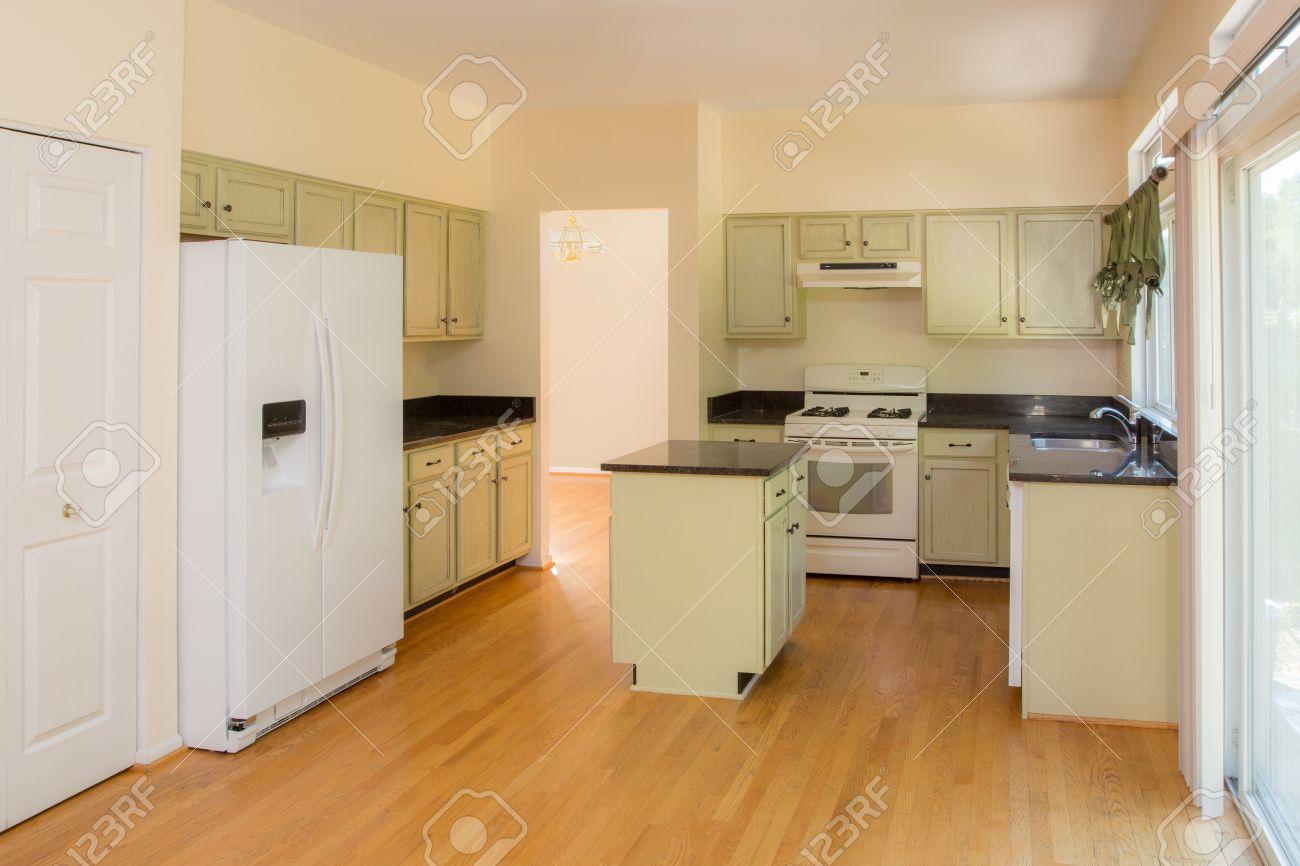 Nieuw afgewerkte keuken houten kast en hardhouten vloer granieten ...
