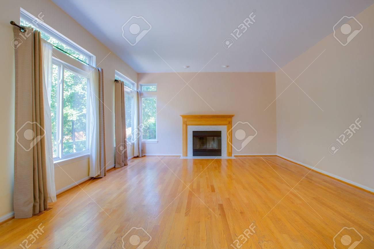 empty family room with fireplace hardwood floor blank wall rh 123rf com Small Empty Family Room family guy living room empty